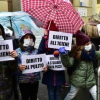 """Milano, protesta di bimbi e genitori alla scuola in via Dal Verme: """"Diritto a studiare senza puzza"""""""