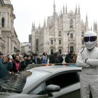 Milano, una super Lamborghini ai piedi del Duomo: caccia al selfie con il pilota della tv The Stig