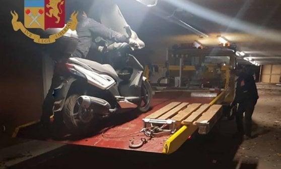 Milano, auto rubate e cannibalizzate: la polizia scopre officine abusive nei garage delle palazzine Aler