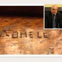 Montecitorio, nome di un ex deputato inciso sul banco. Giuseppe Romele si
