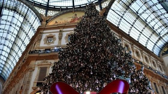 Milano Decorazioni Natalizie.Natale Swarovski Firma L Albero In Galleria 36mila Luci E