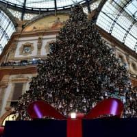 Natale, Swarovski firma l'albero in Galleria: 36mila luci e 10mila decorazioni