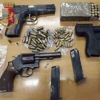 Milano, scovato arsenale in solaio: pistole con caricatori e centinaia di proiettili. E nelle cantine 40 dosi di droga