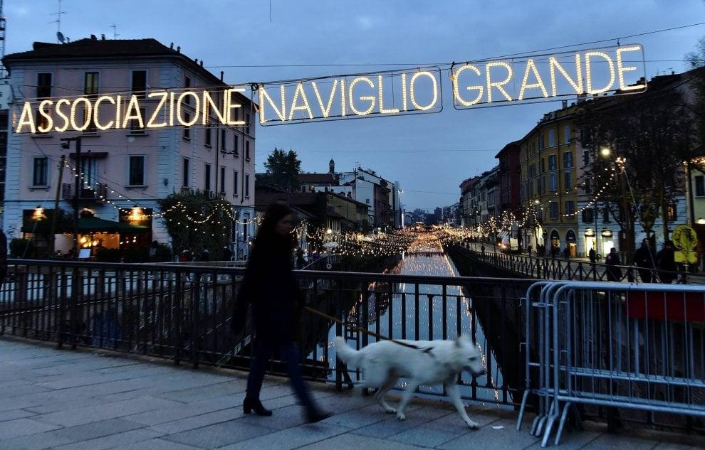 Milano, è già aria di Natale: lo spettacolo delle luminarie accese sui Navigli