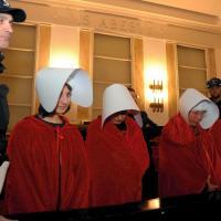 Milano, mantello rosso e copricapo bianco: la protesta contro la mozione anti-aborto