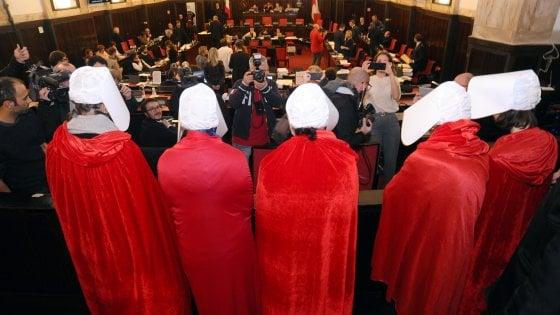 """La mozione anti-aborto arriva a Milano: la protesta delle """"ancelle"""" in Consiglio comunale"""