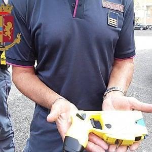 Milano, folle armato di martello morde e stacca un pezzo di dito a un agente: fermato con il taser