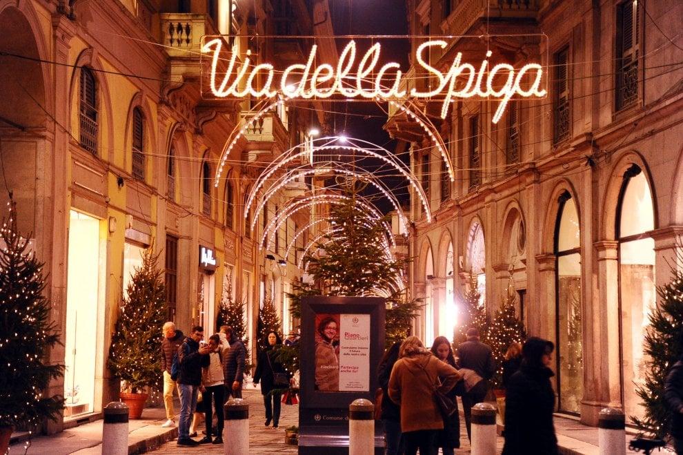 Natale, le vie del Quadrilatero della moda a Milano si accendono con le luminarie