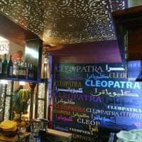 Milano, sparano contro la vetrina di un bar dopo una lite: si cercano quattro ragazzi