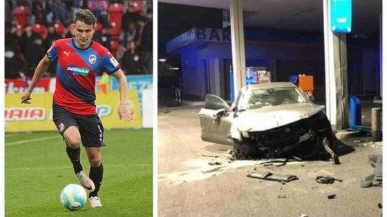 Ales Mateju era in auto con un compagno di squadra dopo una notte in discoteca: ha sfondato un muretto e danneggiato un distributore di benzina. Patente ritirata, rischia fino a […]