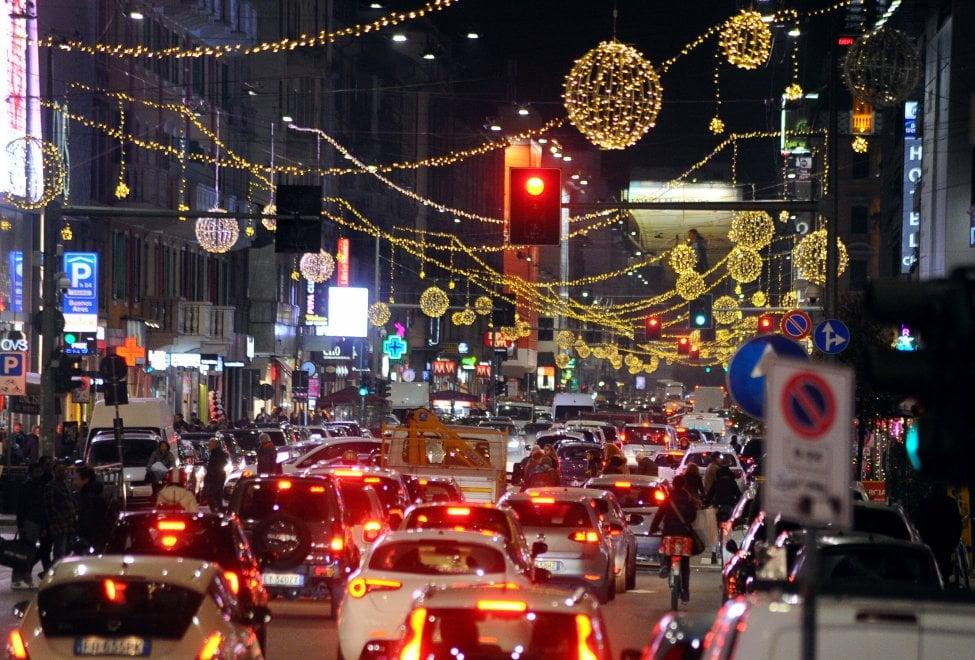 Milano, si accende corso Buenos Aires: la via dello shopping addobbata per Natale