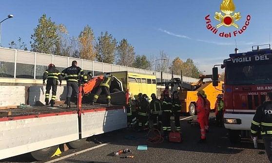 Drammatico incidente in tangenziale: tre camion coinvolti, morto un 29enne