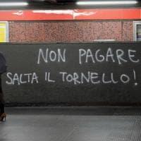Milano, tenta di passare i tornelli del metrò senza pagare ma sbatte e spacca il vetro: denunciato