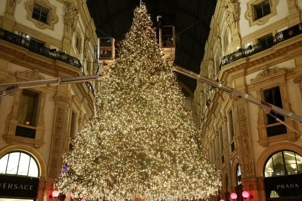 Milano, brilla l'albero di Swarovski in Galleria: prove di accensione