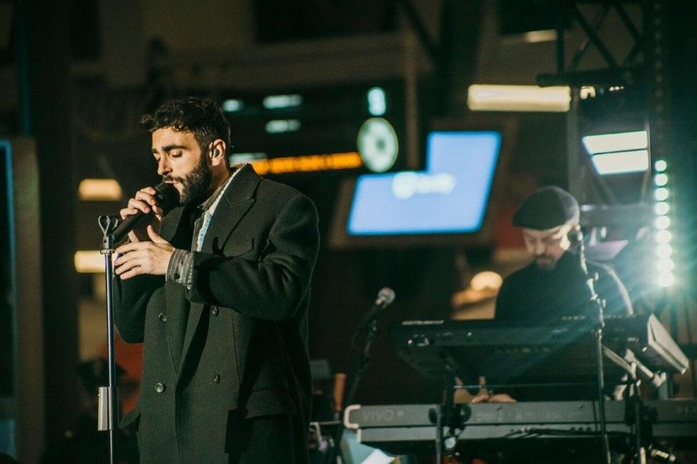 Mengoni show tra i binari della Centrale: le immagini del concerto a Milano