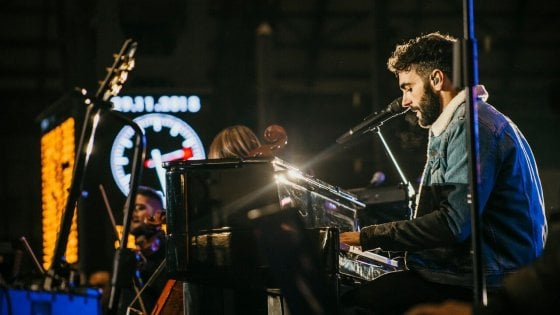 Marco Mengoni lancia il suo nuovo disco con un concerto alla stazione Centrale di Milano