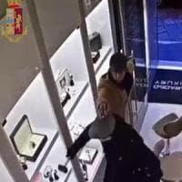 I Pink Panthers dietro la rapina alla gioielleria di Brera, la polizia ne arresta uno: altri due ricercati