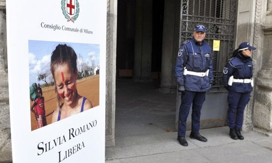 """Milano: """"Silvia Romano libera"""", a Palazzo Marino il totem per la ragazza rapita in Kenya"""