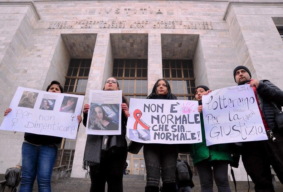 """Milano, le compagne di comunità di Jessica Faoro davanti al tribunale: """"Chiediamo giustizia"""""""