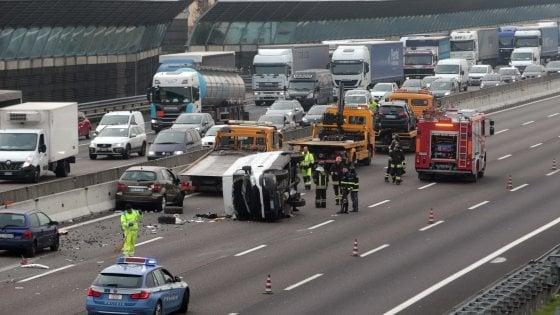 Tragico incidente sulla A4: un morto nello scontro fra 4 auto e un furgone