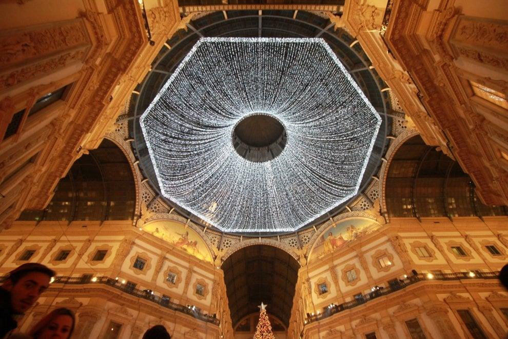 """Milano, il """"cielo"""" della Galleria illuminato da 50mila led bianchi"""