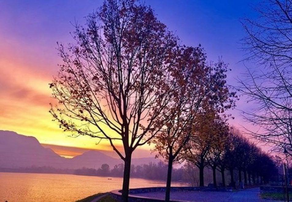 Lecco, sui social impazzano tutti i colori di un'alba da sogno