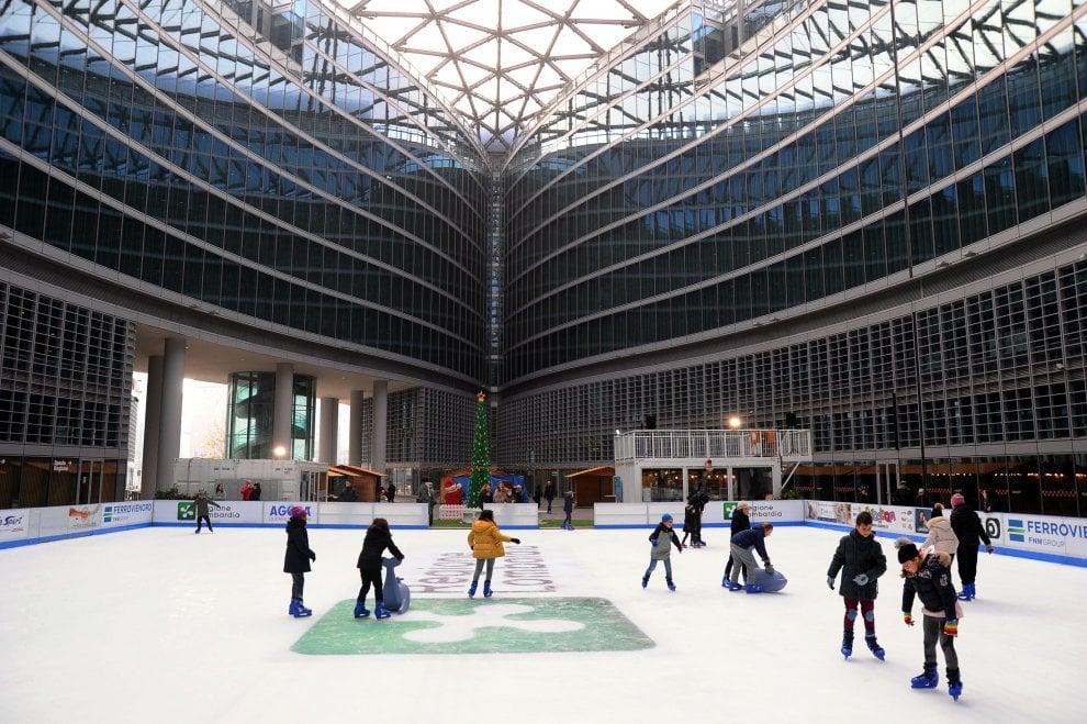 Milano, torna la pista sul ghiaccio a palazzo Lombardia: si pattina tutti i pomeriggi