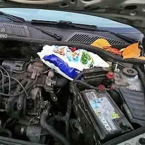 Monza, si ferma l'auto e la porta dal meccanico: nel motore 30 panetti di hashish