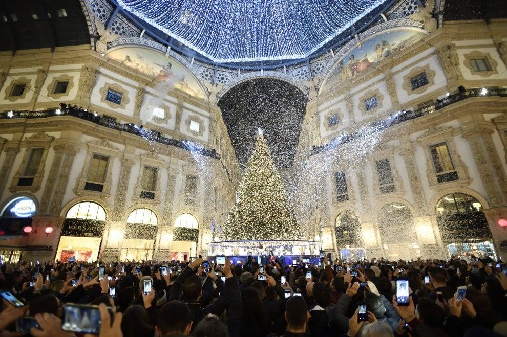 La madrina Belen accende l'albero di Natale nella Galleria di Milano