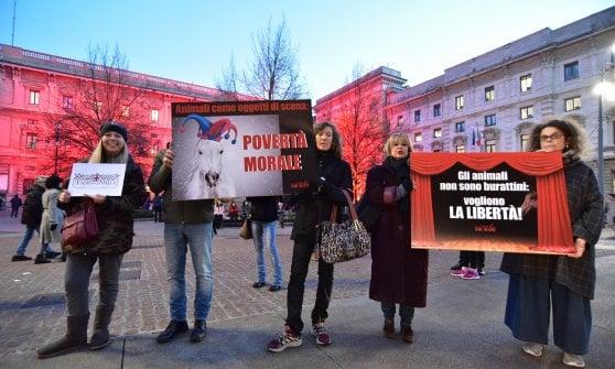 """Prima della Scala, a Milano la protesta animalista: """"No ai cavalli veri nel Teatro alla Stalla"""""""