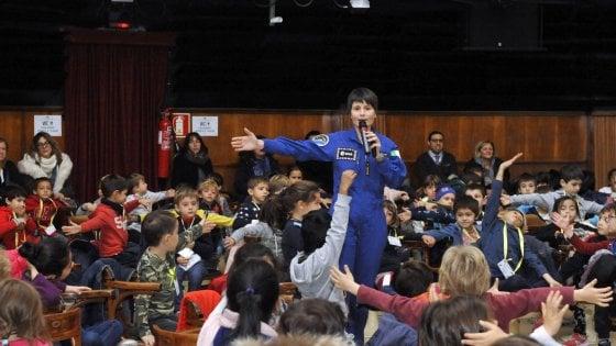 Milano, al Planetario c'è Samantha Cristoforetti: 600 bambini a lezione sullo spazio