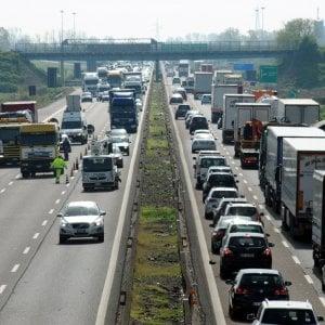 Milano, furgone in fuga contromano sulla A1 si schianta contro un altro mezzo: quattro feriti