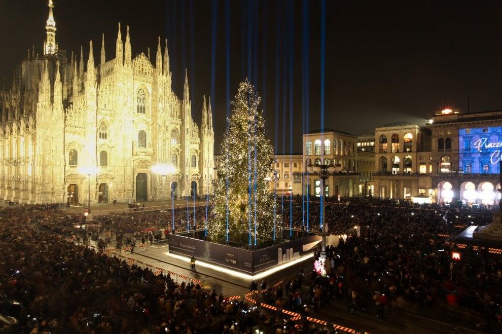 Milano, brilla l'albero di Natale con 40 mila luci: è spettacolo in piazza Duomo