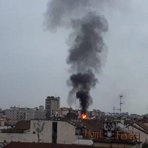 Milano, brucia un palazzo in centro: alta colonna di fumo nel cielo di Porta Venezia