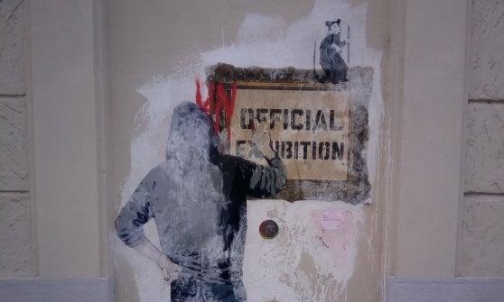 Milano, incursione di Tvboy fuori dalla mostra su Banksy: doppio murale in zona Tortona
