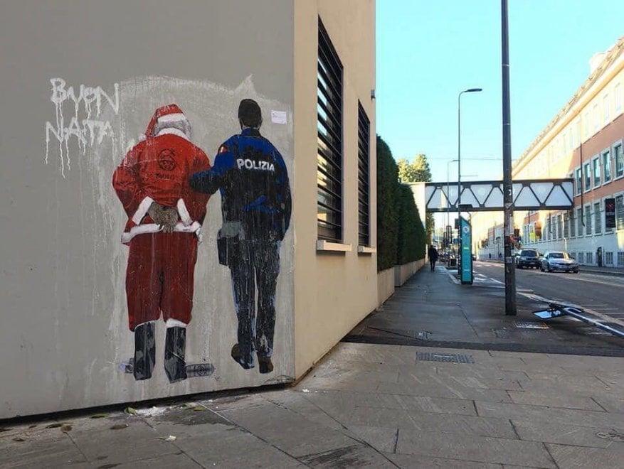 """""""Niente permesso di soggiorno per Babbo Natale turco"""": l'ultima provocazione di Tvboy dopo il bacio Salvini-Di Maio"""