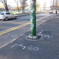 Milano, sbanda con la Vespa e picchia la testa contro un palo: 23enne muore in viale Cassala