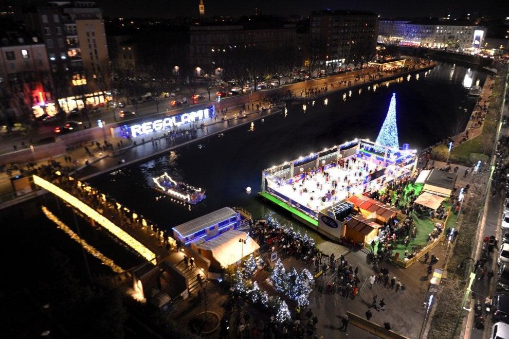 Natale, a Milano c'è il Christmas Village in Darsena: la pista di pattinaggio è sull'acqua