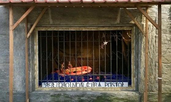 Gesù sul barcone dei migranti: polemiche a Milano per il presepe della Casa della carità