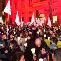 """Milano, """"Diritti a testa alta"""": slogan e lanterne in piazza Scala, c'è anche Gino Strada"""