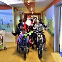 La sorpresa di Natale per i bimbi degli ospedali di Milano e Lecco: un giro in moto in reparto