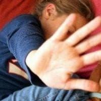 Abusi sessuali sulla figlia di 12 anni e sulla nipote di 8: chiesti 16 anni