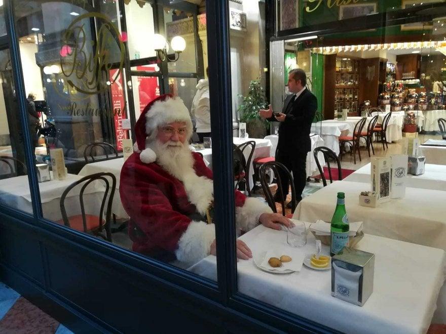 Babbo Natale fa la sosta al ristorante: sorpresa per milanesi e turisti in Galleria