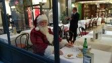 Babbo Natale fa la sosta al ristorante: sorpresa per milanesi e turisti di passaggio in Galleria