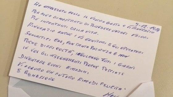 Milano, trovano un portafogli pieno e lo portano a scuola: il pensionato si commuove per il gesto di due bambini
