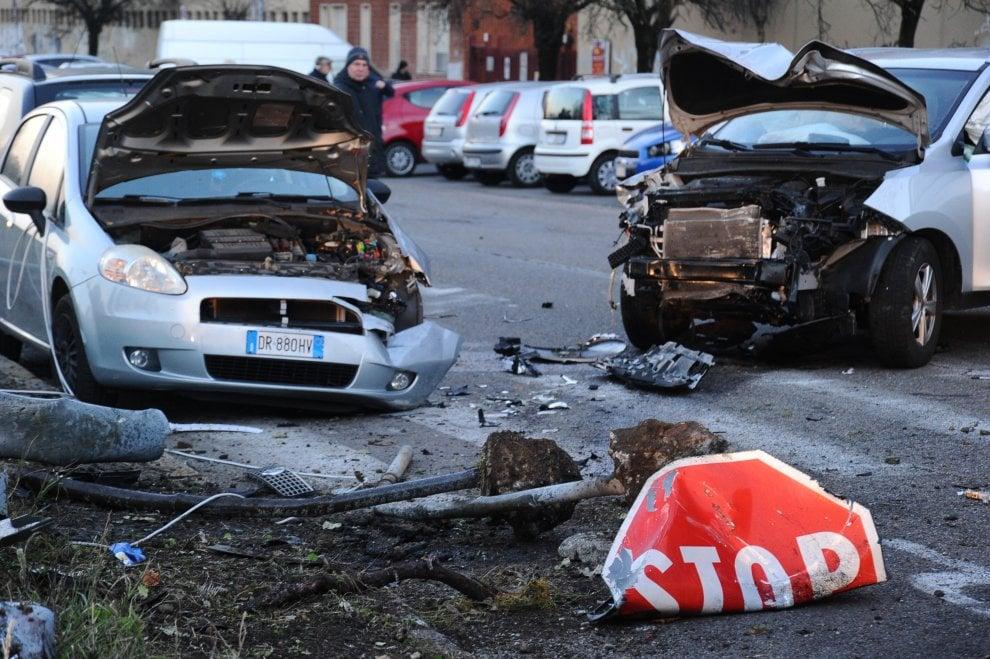 Incidente stradale a Corsico, auto contro pedoni alla fermata del bus: i soccorsi