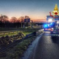 Milano, incidente in tangenziale: Tir si ribalta, morto il conducente