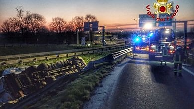 Tragico incidente in tangenziale Ovest:    all'alba Tir si ribalta, morto il conducente