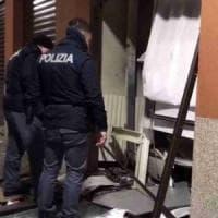 Milano, esplosioni nella notte: rapinatori fanno saltare e svaligiano due Bancomat