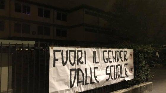 """""""Fuori il gender dalle scuole"""": a Milano striscione di Forza Nuova contro progetto per combattere il sessismo"""